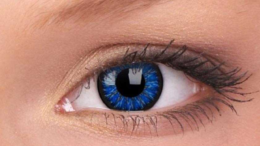 blauwe ogen met kleurlenzen